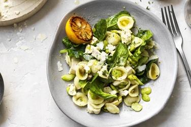 Recept: Kip-pastasalade met tuinbonen en citroendressing