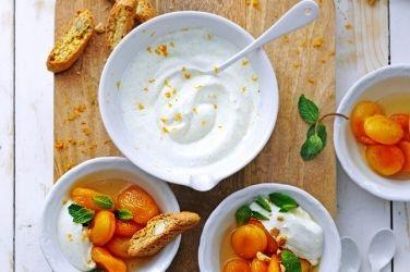 Verveine-abrikozen met vanille-honingyoghurt en cantuccini