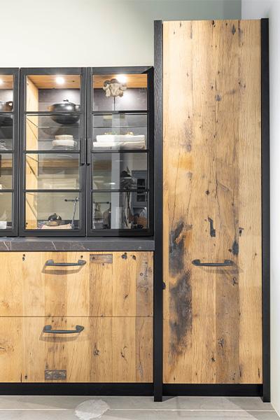 Eiken keuken van wagonplanken met oven en vitrinekast